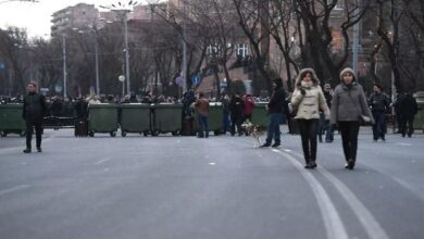 Photo of İrəvanda parlament binası qarşısında barrikadalar qurulub