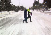 Photo of Polis köməksiz vəziyyətdə qalan sürücü və sərnişinlərə kömək edib