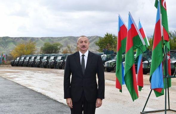 Photo of Zəngilanda İlham Əliyevə zirehli texnikalar və silahlar təqdim olundu